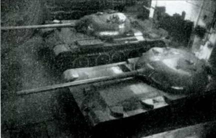Опытный образец СУ-100 (Объект 416) и танка Т-54 перед испытаниями. 1951 г.