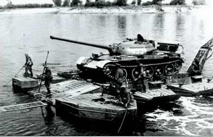 Танк Т-54 переправляется через Днепр. Учения 1951 г.