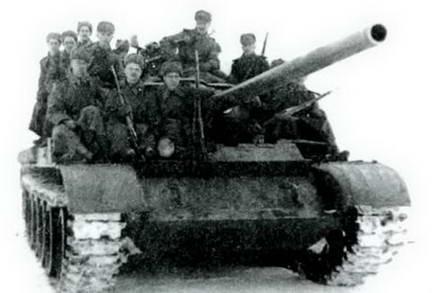 Танк Т-54 с пехотным десантом во время министерских испытаний.