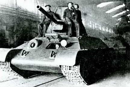 Т-34 выходит из сборочного цеха завода № 112. 1942-1943 гг.