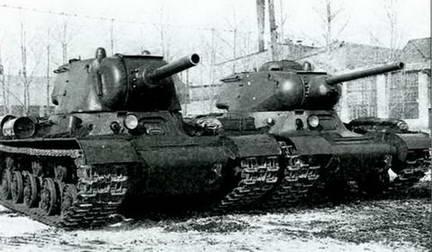 Танки ИС-1 («Объект 233») и ИС-2 («Объект 234») во дворе ЧКЗ. Весна 1943 г.