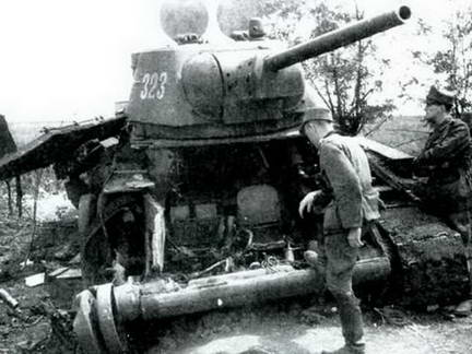 Лобовой и бортовой листы этого танка Т-34 оторваны внутренним взрывом. Лето, 1943 г.