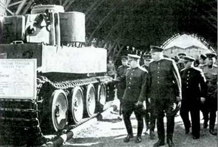 Представители командования РККА осматривают танк«Тигр» № 100. Июнь 1943 г.