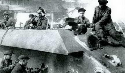 Зачистка бронекорпуса Т-34 после сварки, завод № 183, весна 1943 г.