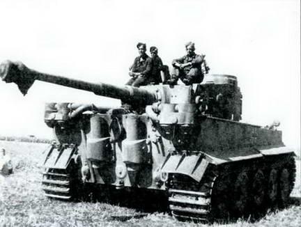 Танк «Тигр» одной из тяжелых танковых рот панцергренадерских дивизий СС перед боями. Июль 1943 г.