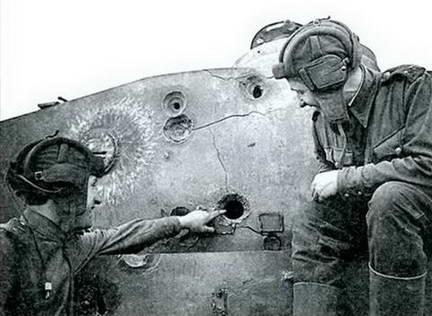 Экипаж танка Т-34 рассматривает пробоину 76-мм бронебойного снаряда в башне «Тигра». Лето 1943 г.
