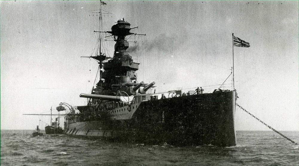"""Линейные корабли типа """"Куин Элизабет"""" представляли собой важный этап в развитии военного кораблестроения как первые тяжелые корабли, при работе котлов которых использовалось исключительно жидкое топливо. Они показали и пример удивительного долголетия. Один и тот же линейный корабль """"Уорспайт"""" в 1916 г. в Ютландском сражении вел огонь по германским дредноутам и <a href='https://arsenal-info.ru/b/book/3588756049/6' target='_self'>линейным крейсерам</a>, спасая от разгрома эскадру адмирала Битти, а в 1944 г. он обстреливал побережье Франции, поддерживая высадку союзных войск в Нормандии."""