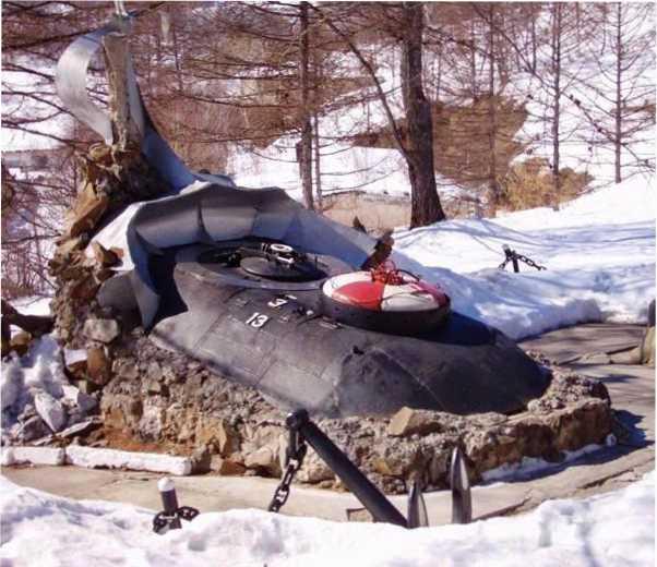 Памятник погибшей подлодке С-117 — бывшей Щ-117 — в бухте Постовая, залив Советская Гавань.