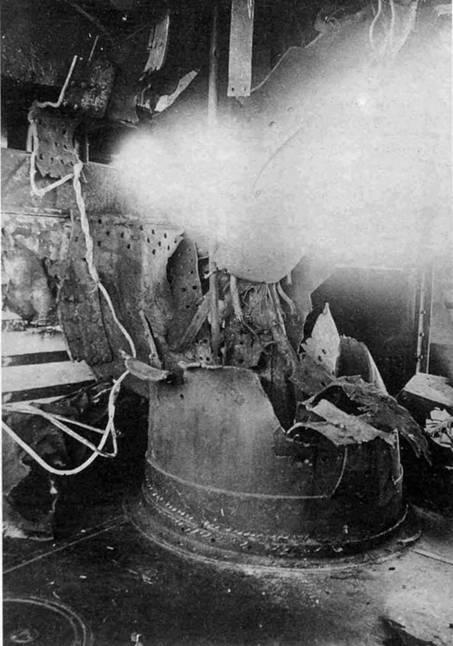 """Броненосец """"Цесаревич"""" (Часть фок-мачты между верхним и нижним мостиками, перебитая 12"""" снарядом (вид с правой стороны мостика). На переднем плане фрагмент лебедки ручной и 47-мм подачи. Слева на фотографии видна часть боевой рубки. Этим снарядом убиты: контр-адмирал Витгефт, лейтенант Азарьев-1, мичман Эллис и три человека нижних чинов.)"""