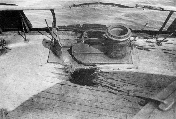 """Броненосец """"Цесаревич"""" (Две пробоины от 6"""" разорвавшихся снарядов, вынесших часть фальшборта на юте с левого борта, разбивших буксирный кнехт и проникших в офицерскую кают-компанию.)"""