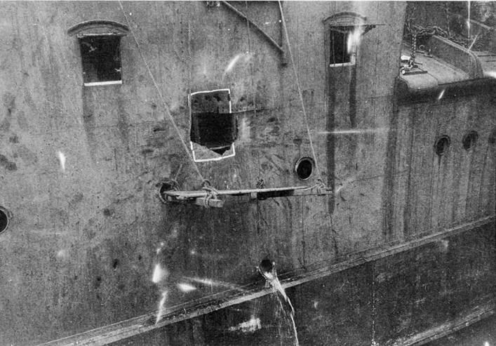 Пробоина в правом борту у 305-мм носовой башни.
