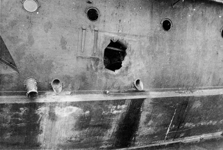 Пробоина в правом борту у 152-мм носовой башни.