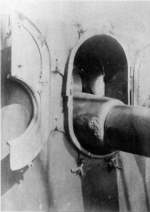 Повреждения 152-мм орудия.