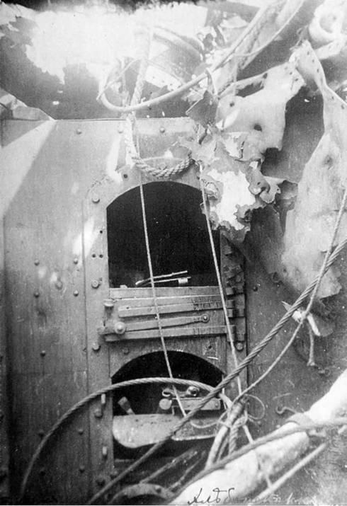Повреждения хлебопекарни от 305-мм снаряда попавшего в ее крышу.