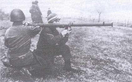 Расчет американской «Базуки» заряжает оружие.