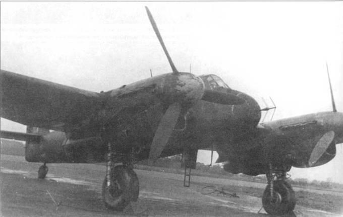 На примере этого ночного истребителя «Бьюфайтер» Mk.IIF видно, как воздушный поток действует на темную окраску RDM2, которая особенно сильно облезла на коках винтов, носовом обтекателе и передней кромке крыла.