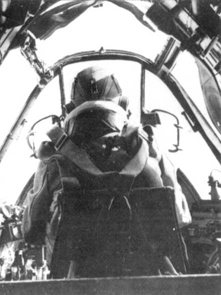 Польский летчик-истребитель из 307-й (Львовской) эскадрильи в кабине своего «Бьюфайтери» Mk.IIF Передний обзор из кабины самолета был просто великолепным.