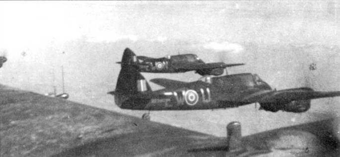 Четверка «Бьюфайтеров» Mk.IIF из 307-й (Львовской) эскадрильи ВВС Польши во время дневного тренировочного полета, 1942 год. Эскадрилья базировалась в Эксетере. Позднее это подразделение перевооружили на «Бьюфайтеры» Mk.VI и оно занималось патрулированием Бискайского залива.