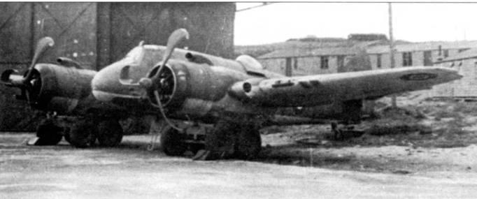 «Бьюфайтер» Mk. VII из 404-й эскадрильи в Дайсе, Шотландия, после аварийной посадки. Самолет был поднят и водружен на пару мощных четырехколесных тележек, на которых его отвезут в ремонтный ангар.