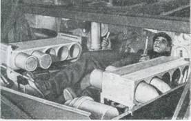 Рис. 59. Расположение водителя в танке «Чифтен» в боевом положении