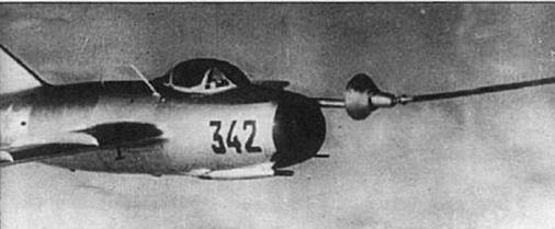 Разработанная в ЛИИ дозаправка топливом истребителей МиГ-15бис от самолета-заправщика Ту-4.
