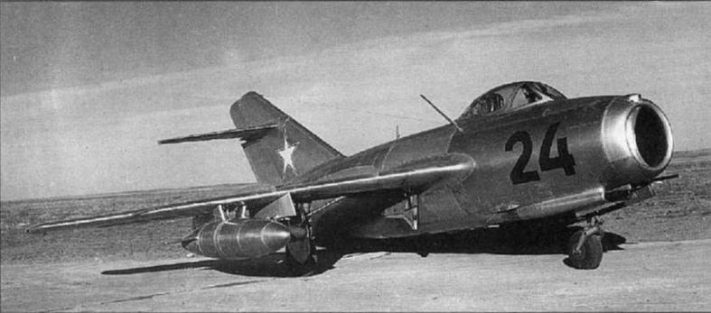 МиГ-1 5бис №281 531 1 в варианте <a href='https://arsenal-info.ru/b/book/1324344198/31' target='_self'>истребителя-бомбардировщика</a>с двумя реактивными снарядами С-1 и 400-литровыми унифицированными ПТБ.