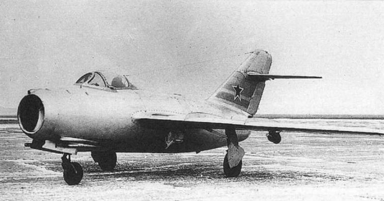 Самолет МиГ-15 (С-2) с установленными под крыльями противоштопорными ракетами. Внизу: шасси самолета МиГ-15 (С-1).