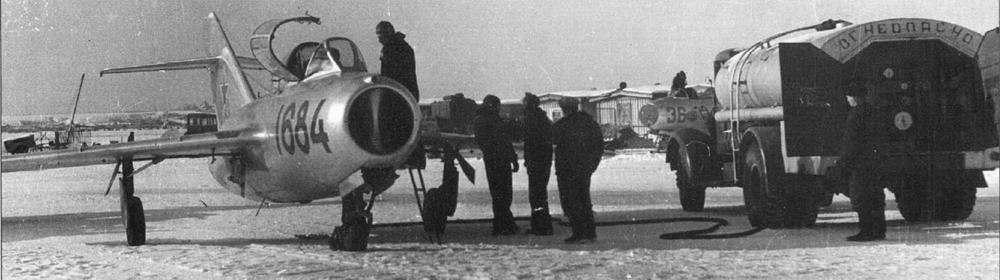 Заправка топливом самолета УТИ МиГ-15 №1615384.