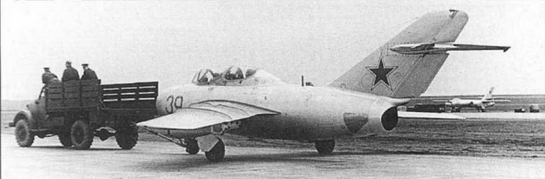 ГАЗ-63 буксирует УТИ МиГ-15, у которого антенна СРО размещена в верхней части фюзеляжа.