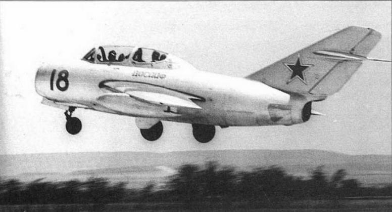 Самолет УТИ МиГ-15 с 300-литровыми ПТБ улучшенной формы, (архив А. Калиновского).