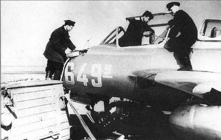 Регламентные работы на самолете УТИ МиГ-15. 524 ИАП ВВС СФ, аэр. Луастари, 1954 г. (фото С. Попсуевича).
