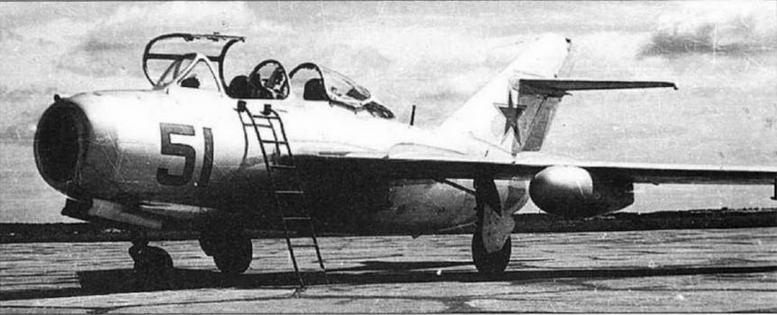 Самолет УТИ МиГ-15 с 260-литровыми ПТБ.