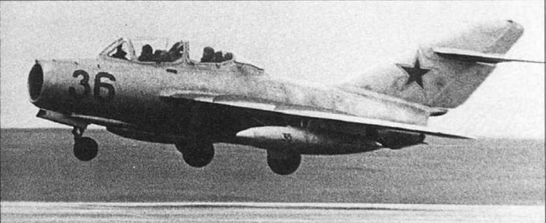 УТИ МиГ-15 №1615338 с 400-литровыми унифицированными ПТБ вылетает на разведку погоды. 356 ИАП ПВО, г. Амдерма, 1972 г. (архив С. Попсуевича).
