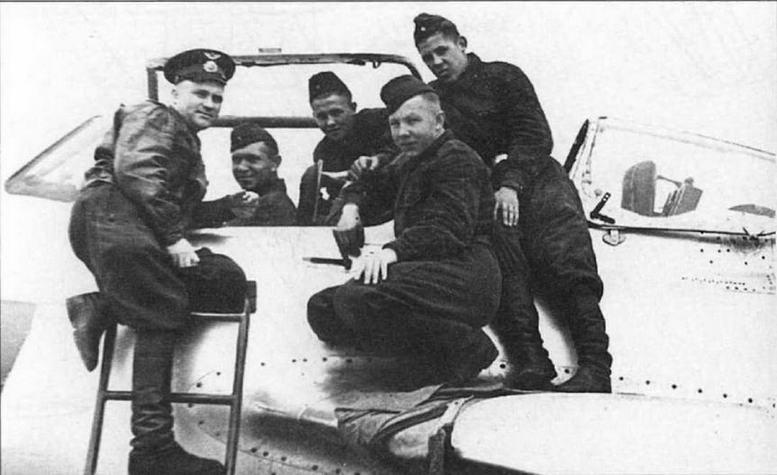 Летчик-испытатель А.В. Федотов с курсантами летного училища у самолета УТИ МиГ-15.