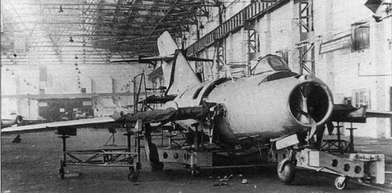 МиГ-15 на конвейерной тележке в сборочном цеху завода №153 им. Чкалова. Для предохранения обшивки от царапин самолет оклеен бумагой. 1949 г.