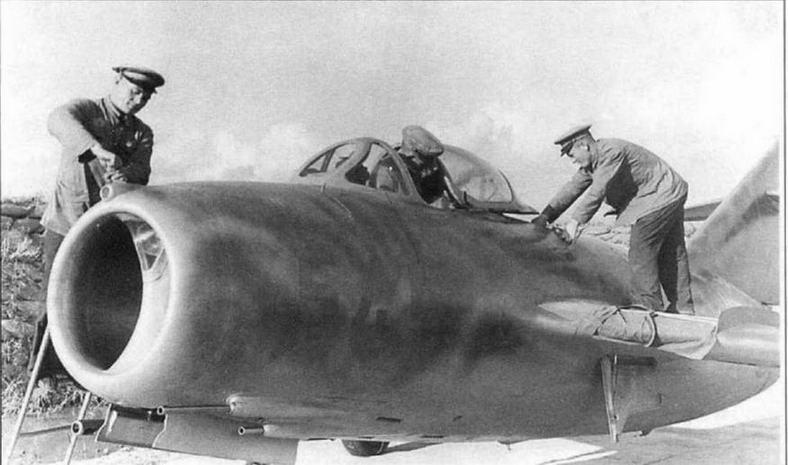 Вверху: Подготовка к полету истребителя МиГ-15бис № 53210546 351-го И АП.