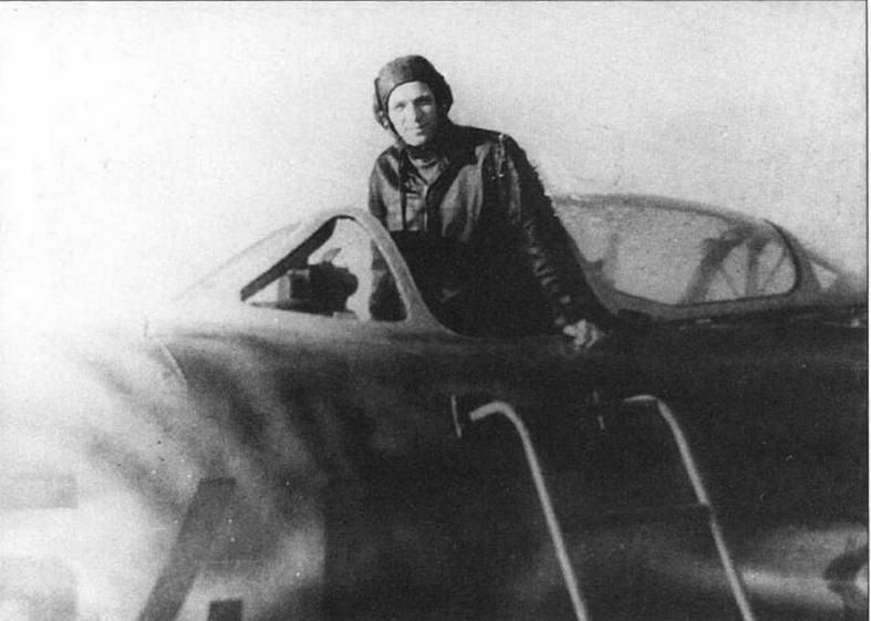 Внизу: В кабине МиГ-15бис № 53210546 майор И.П.Голышевский. Аэродром Аньдун, осень 1952 г.