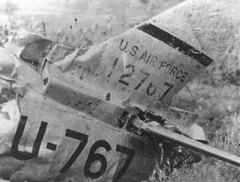 Вверху: Обломки F-86E-10-NA № 51 -2767, сбитого капитаном Н.И.Ивановым 01.08.52г.