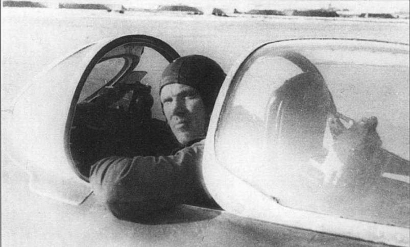 Вверху: Зам. командира 3 АЭ 878 ИАП майор Н.М. Замескин перед боевым вылетом. Аэродром Мяогоу, февраль 1953 г.