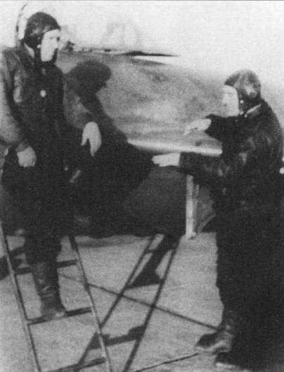Внизу: Разбор боевого вылета. Майор Н.М. Замескин (на стремянке) и его ведомый капитан В.В. Кашин. Аэродром Мяогоу, февраль 1953 г.