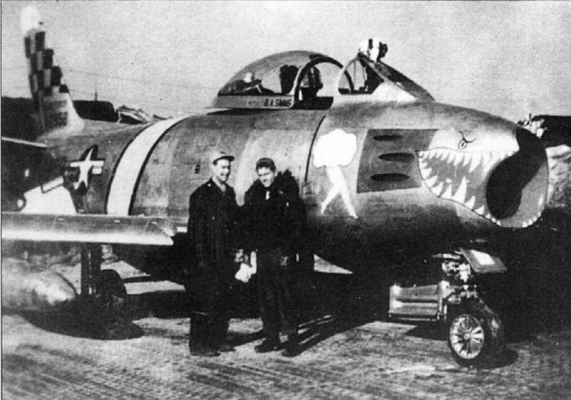 Истребитель F-86F-1 № 51 -2958 капитана Г. Фишера (стоит слева). Фишер был сбит 07.04.53 г. ст. лейтенантом Г.Н. Берелидзе из 224 ИАП.