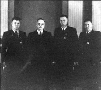 В Кремле после присвоения звания Героев Советского Союза. Слева направо: Г.У.Охай (11 побед), Н.М.Шверник,Н.В. Сутягин (22) и Д.А.Самойлов (10).