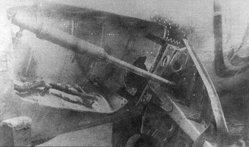 Повреждения тормозного щитка МиГ-15бис из 324 ИАД 12,7 мм пулей.