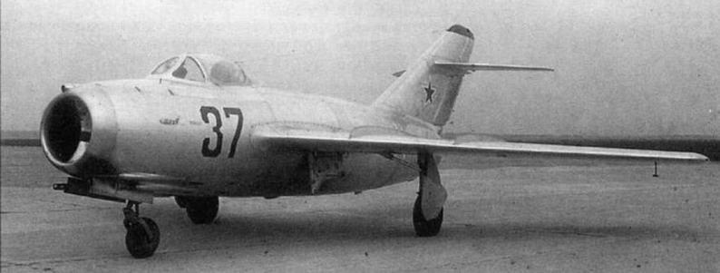 Истребители МиГ-1 5бис завода №21. №53210570 (вверху) с трехзначным бортовым номером (№ серии + № самолета в серии) и №5321 0337 с двузначным номером (№ самолета в серии).