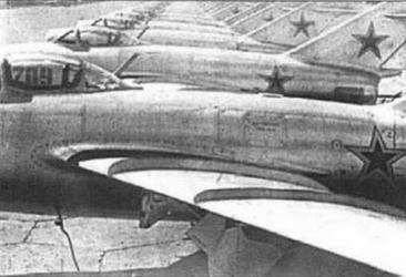 Истребители МиГ-15 6 и 7 серии на аэродроме завода № 1 .