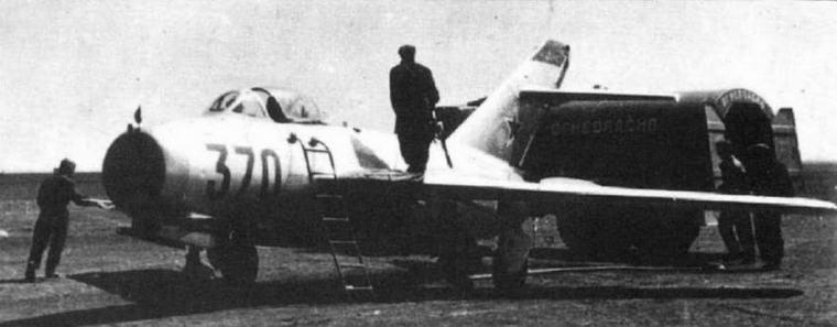 Внизу: Перед полетами. Заправка топливом самолета МиГ-15бис.