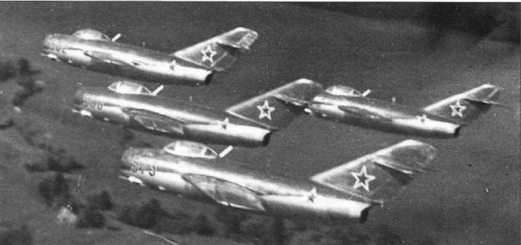 Истребители МиГ-15бис знаменитой пилотажной группы «Красная пятерка» с авиабазы Кубинка.