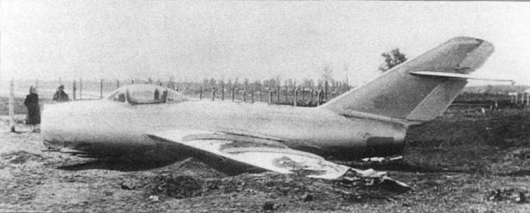 Аварийная посадка МиГ-15 №120113 пилотируемого летчиком-испытателем завода №1 М.В. Ермоленко. 24 мая 1950 г. во время контрольного полета отказала система выпуска шасси из-за вырывания гидрошланга тормозных щитков.