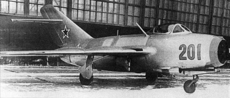 Истребитель МиГ-15бис, оборудованный радиостанцией РСИ-6 и системой радиолокационного опознавания (СРО) «Барий-М». Бортовой номер, кольцо воздухозаборника и «пилотка» на киле окрашены в голубой цвет.