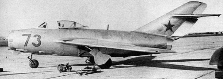 Истребитель МиГ-15бис на аэродроме Черниговского ВАУЛ, 1957 г. Опознавательные знаки нанесены в соответствии с положением об 03 ВВС 1955 г. (архив С. Попсуевича).